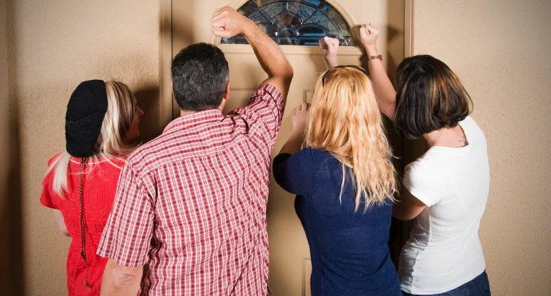 Какие риски, если родственники или друзья просят прописать в квартире